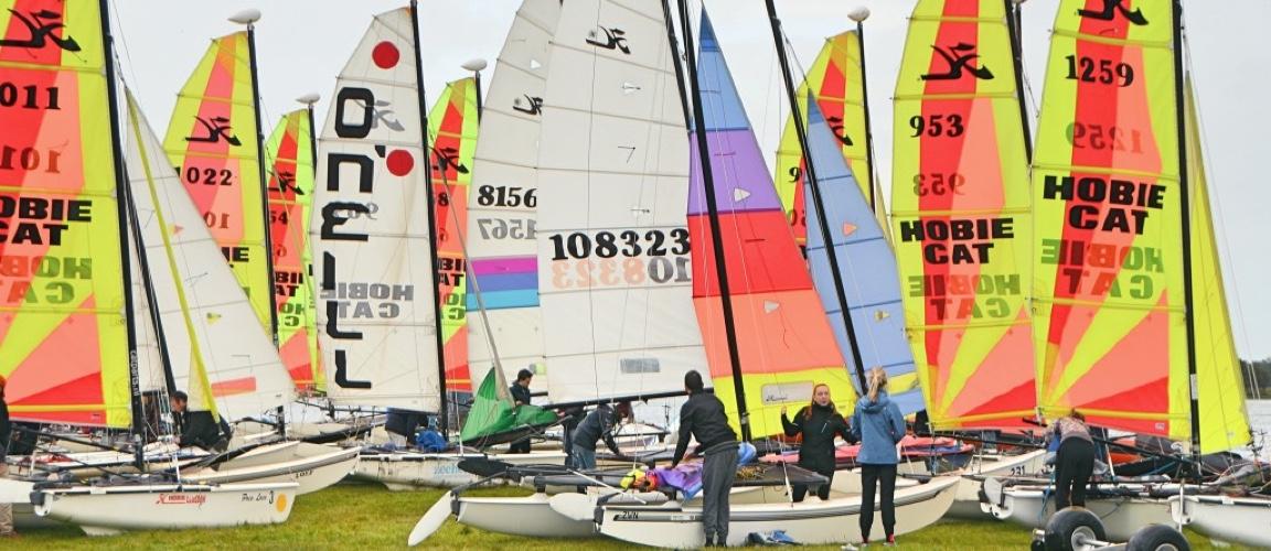Zeilles op catamarans voor jeugd van 10 t/m 18 jaar
